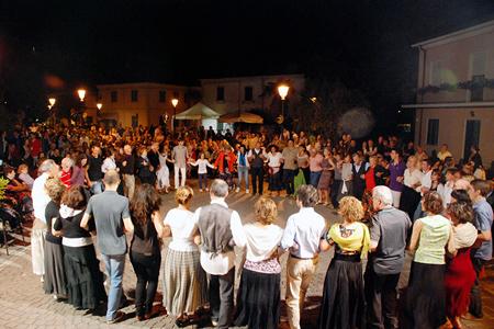 Piazza gremita La Borgata che danza, ballo in piazza, Gabriele Domeniconi, 2011