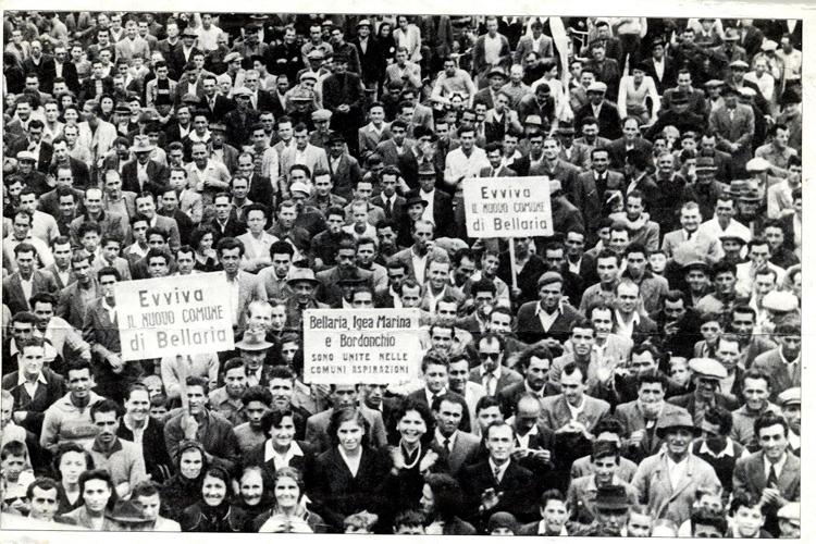 P.zza Matteotti gremita per festeggiare la conquista dell'autonomia amministrativa, 1956